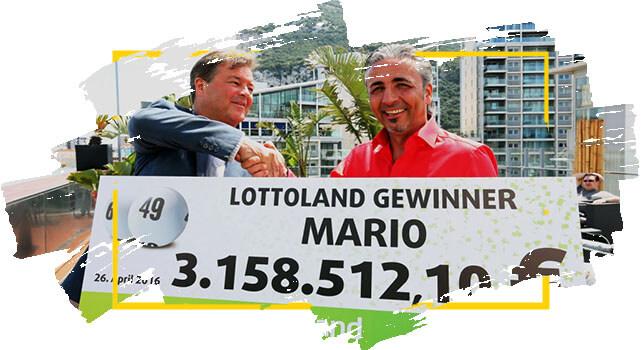 Ganador de Lotoland Mario sostiene cheque con su premio