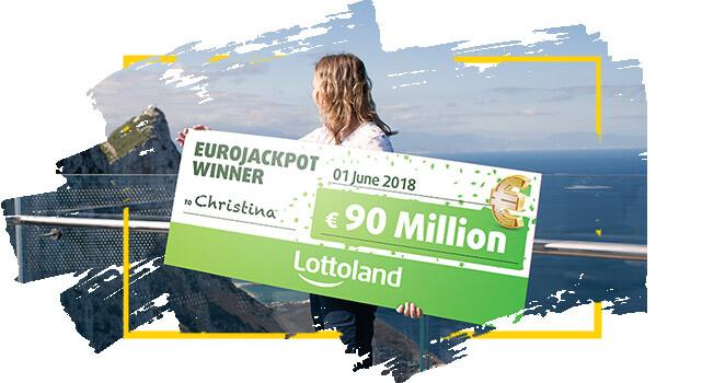 La ganadora de Lotoland Christina sostiene cheque con premio de EuroJackpot