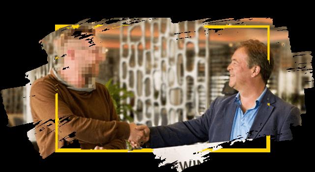 Ganador anónimo le da la mano al CEO de Lotoland