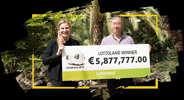 Ganador anónimo de Lotoland sostiene un cheque con su premio