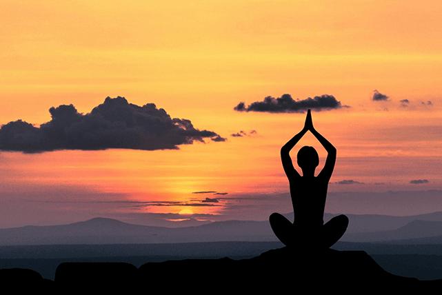 Persona practica yoga al amanecer