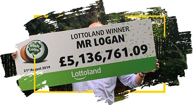 El Ganador de Lotoland  Mr Logan sostiene cheque con el premio que ganó con la Irish Lotto