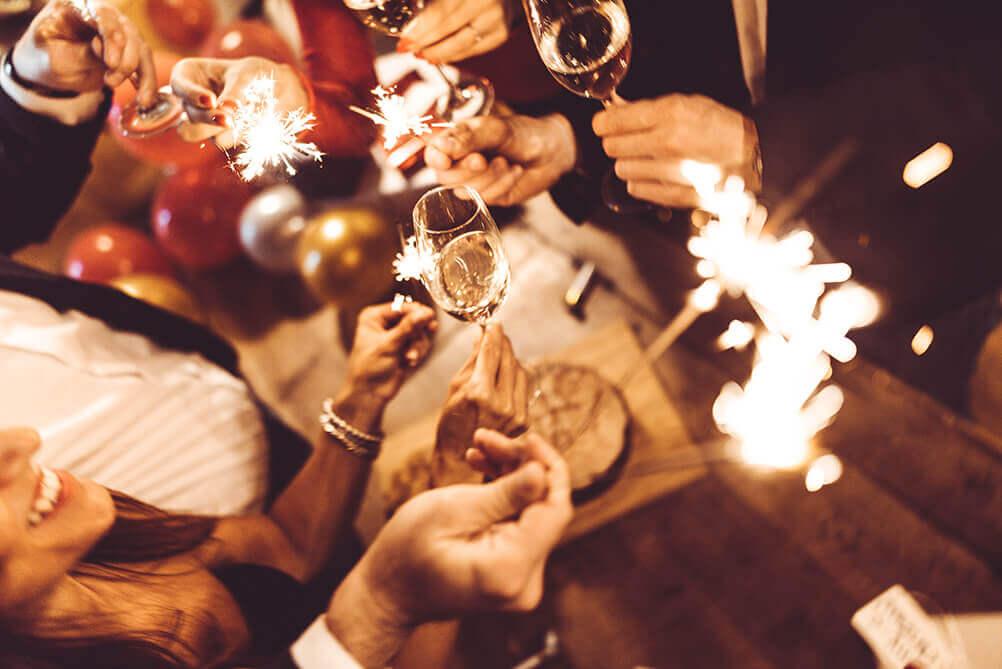 Personas celebran el Año Nuevo con luces de bengala